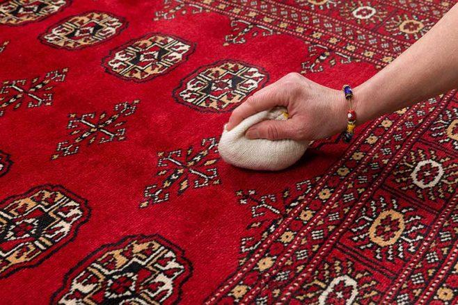 hur får man bort fläckar från en persisk matta?